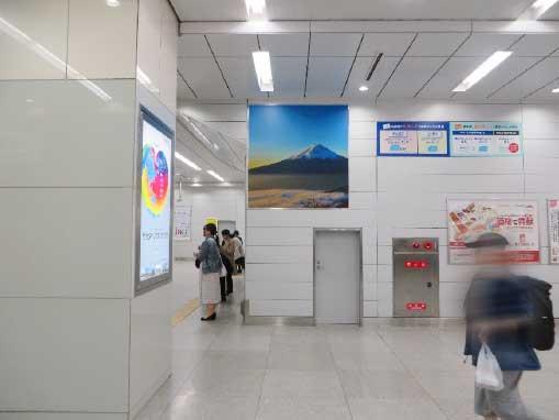 新幹線新大阪駅コンコース壁面シート広告写真